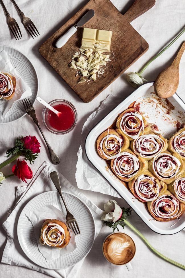 Erdbeermarmeladenschnecken mit einem Guss aus weißer Schokolade-030
