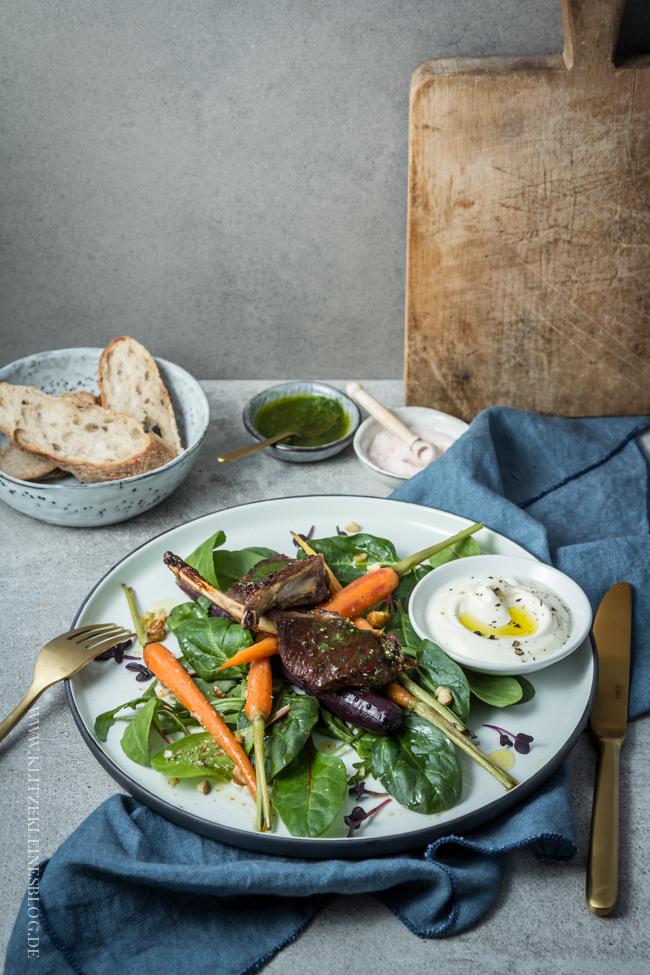 kross gebratenes lammkarree mit minzesalsa und honig haselnuss m hren auf jungem salat die. Black Bedroom Furniture Sets. Home Design Ideas