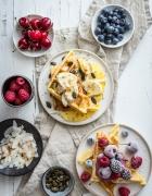 Holy moly! Das Rezept für Dark Chocolate Brownies mit Erdnüssen & Baiser auf Mascarpone-Karamell-Haube