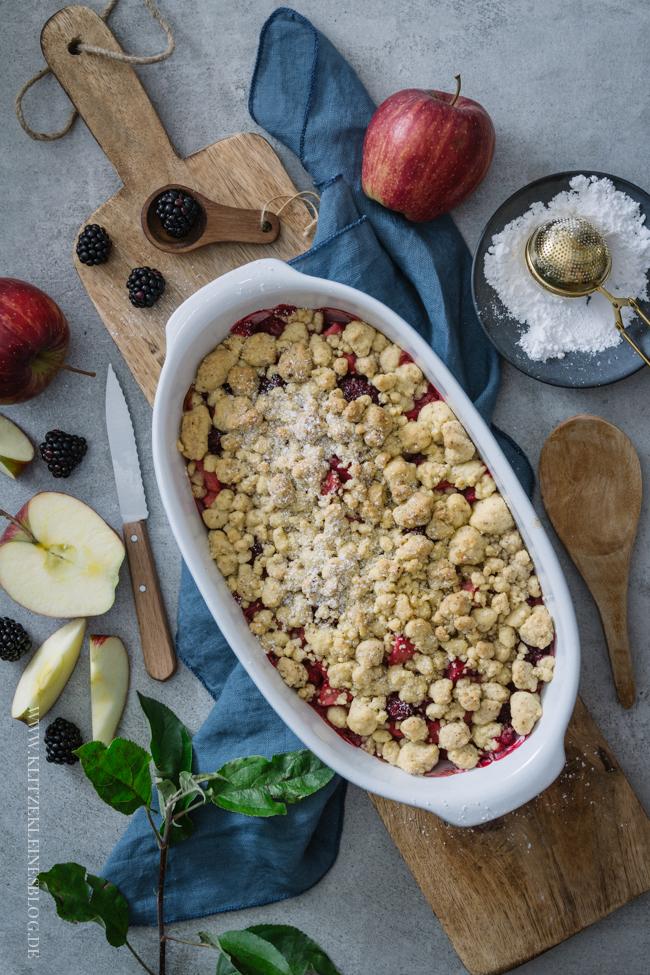 Soulfood pur! Das Rezept für ein Apfel-Brombeere-Granatapfel Crumble mit extra dicken Streuseln