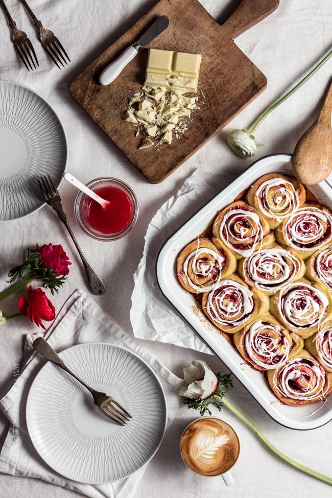 Erdbeermarmeladenschnecken mit einem Guss aus weißer Schokolade-024-2