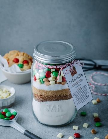 Cookies im Glas – Das Rezept für eine Keksbackmischung zum Verschenken (inkl. Geschenkanhänger zum Ausdrucken)